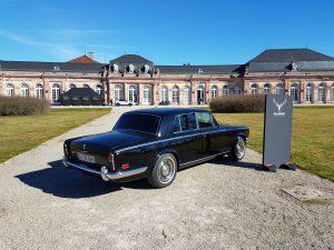 Schwetzinger Schloss mit altem Rolls-Royce davor