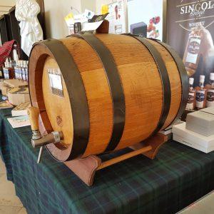 Whiskey-Fässchen auf einem Tisch