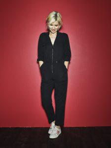 Die Sängerin Dido vor roter Wand