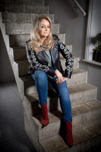 Die Sängerin Bonnie Tyler auf der Treppe sitzend