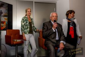 Bert Schmitz mit Dr. Ina Knobloch und Julia Schmitz im Hintergrund