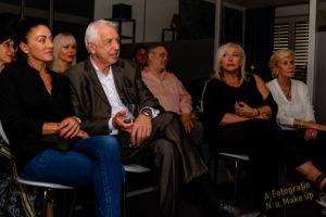 Bert Schmitz sitzt unter den Gäste der Lesung