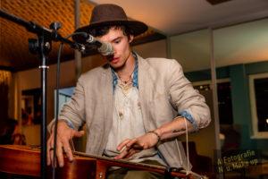 Musiker James Rogers an der Gitarre